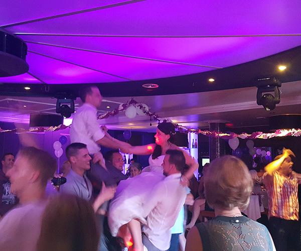 bruid-bruidegom-feest-dansen-niens-maasbree-dj-bruiloft-venlo-limburg-artiesten