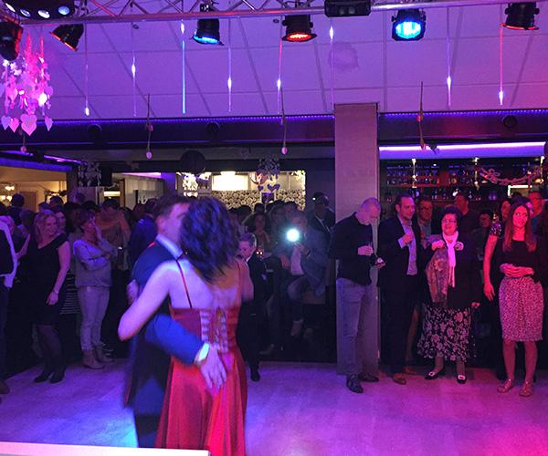 bruidspaar-jurk-jas-gasten-ceremoniemeester-feest-dj-artiets-openingsdans-venlo
