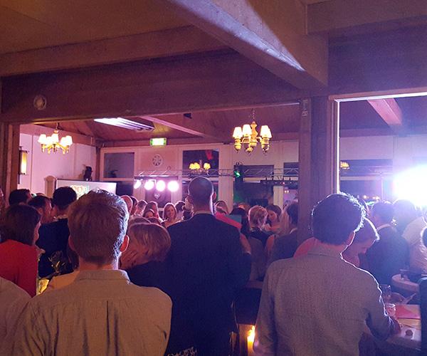 bruiloft-beesel-reuver-feest-dj-deejay-dansen-artiesten-drank-wijn-bier-venlo