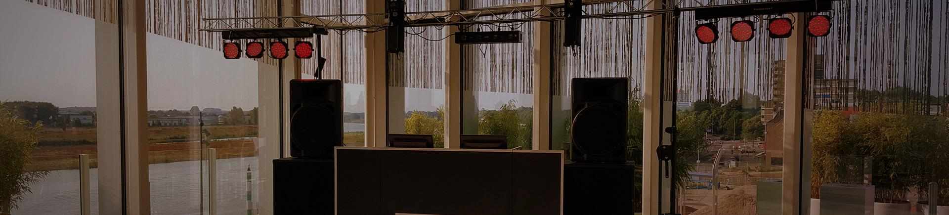 dj-booth-entertainment-laser-rookapparaat-lichtsysteem-mixer-dansen-feest-artiesten-zanger