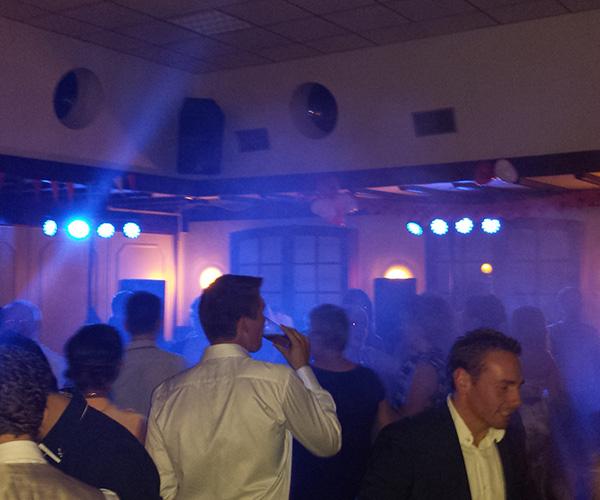 dj-laser-rookapparaat-dansen-lichtvloer-huren-venlo-limburg-bier-cafe-feest