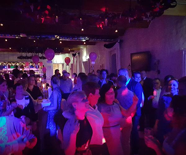 feest-sittard-dj-bruiloft-dansen-feesten-artiesten-zingen-dansen-deejay-discjockey