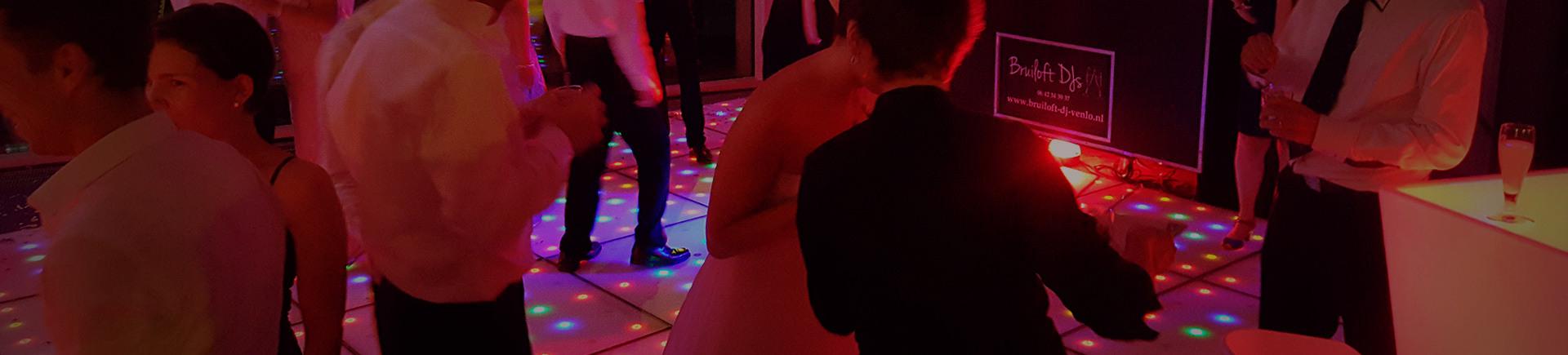 geweldig-feest-dj-dansen-party-deejay-dj-muziek-licht-geluid-huren-verhuur-dansvloer