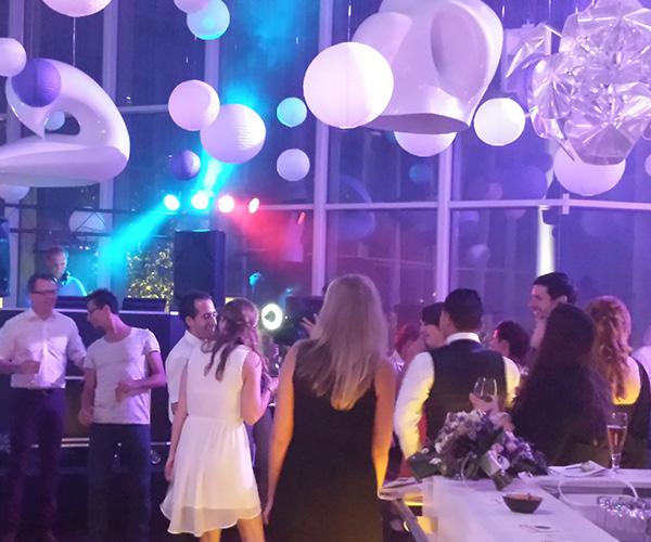 maaspoort-venlo-dj-feest-zaal-gasten-dansen-leuk-bruiloft-dj-deejay